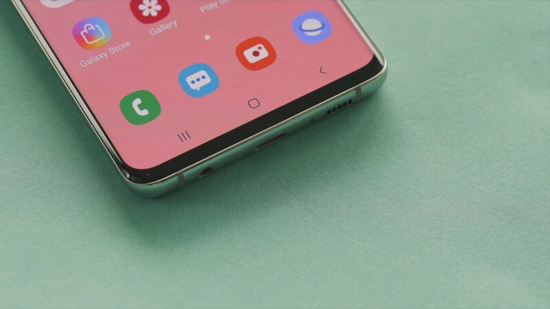 The Samsung Galaxy S10 display