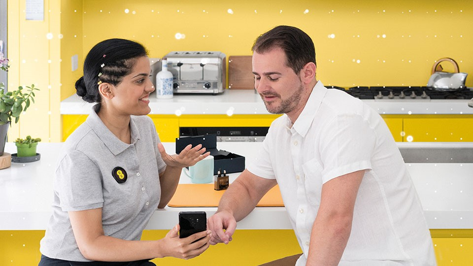 EE employee helping customer
